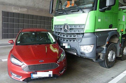 Lkw schiebt auf der A4 Ford vor sich her. - Foto © Autobahnpolizei Thüringen
