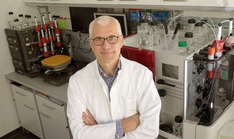 Prof. Dr. Axel Brakhage ist Sprecher des Exzellenzclusters Balance of the Microverse. - Foto © FSU Jan-Peter Kasper