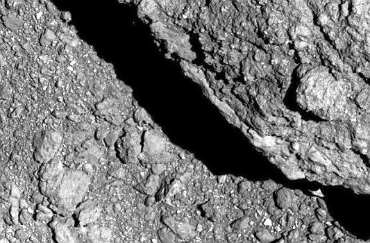 Detailaufnahme des Asteroiden Ryugu, aufgenommen von Huyabasa 2 mit dem Optical Navigation Camera-Teleskop. - Foto © JAXA DLR