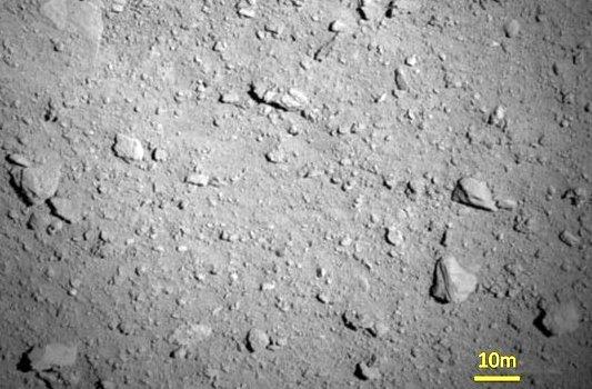 Oberflächendetails des Asteroiden Ryugu. – Foto © JAXA DLR