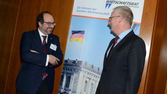 Mihajlo Kolakovic im Gespräch mit Peter Davids, dem neu gewählten Vorstandsmitglied. - Foto Karsten Seifert
