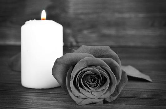 Trauerkerze mit Schwarzer Rose - AdobeStockLicense#172738460