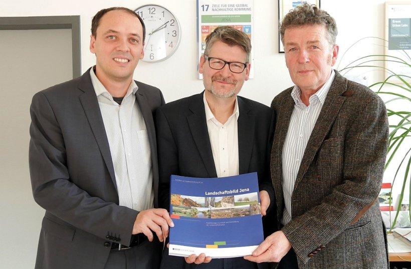 v.l.n.r. Bürgermeister Christian Gerlitz, Dr. Matthias Lerm und Wolfram Stock präsentieren die neu erschienene Schrift. - Foto Kristian Philler