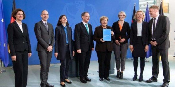 Die Bundeskanzlerin mit dem EFI-Gutachten. Links neben ihr ist EFI-Vorsitzender Uwe Cantner. - Foto David Ausserhofer
