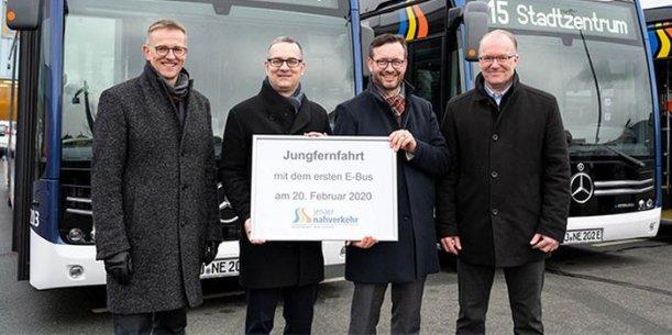Die Geschäftsführer der Stadtwerke Jena Gruppe und des Jenaer Nahverkehrs waren mit den neuen E-Bussen auf Jungfernfahrt. - Foto Stadtwerke