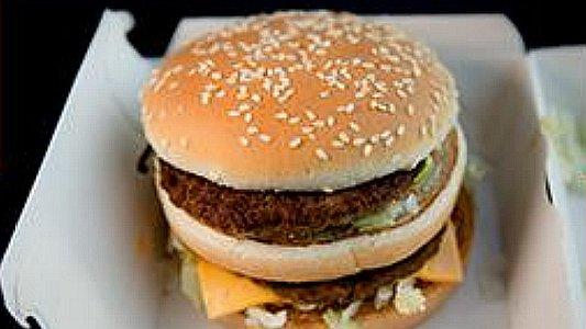 Dieser Hamburger einer großen Fast-FoodKette kostet 4,29 Euro. Genau 28 Minuten muss ein Beschäftigter im Schnellrestaurant aktuell arbeiten, um sich diesen Burger selbst zu leisten. - Bildrechte NGG