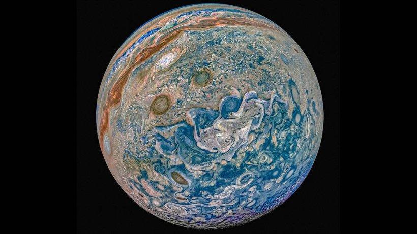 In-dieser-Komposition-verschiedener-Juno-Aufnahmen-zu-einem-Gesamtbild-ist-Süden-oben-und-die-Farbverstärkung-lässt-den-Gasriesen-blauer-erscheinen-als-in-WIrklichkeit.