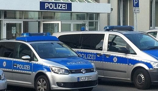 Polizeifahrzeuge vor dem Gebäude der LPI Jena Am Anger - Foto © MediaPool Jena