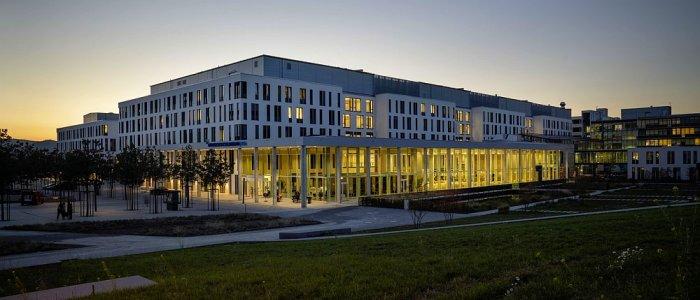 Das Universitätsklinikum Jena am Abend. - Foto UKJ Schroll
