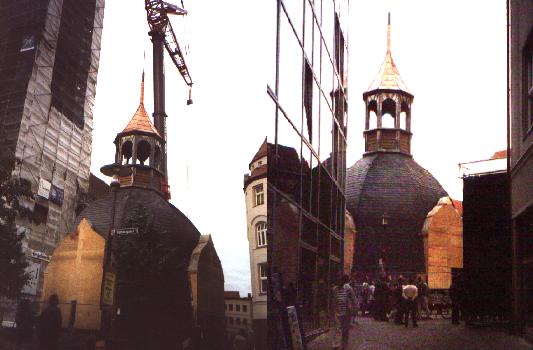 Das Setzen der Tirmhaube der Stadtkirche St. Michael im Mai 2000. - Fotos MediaPool Jena