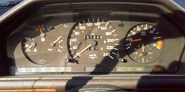 17 TAGE EUROPA - Armaturenbrett des Mercedes 300E bei Saintes-Maries-de-la-Mer - 31.07.2002