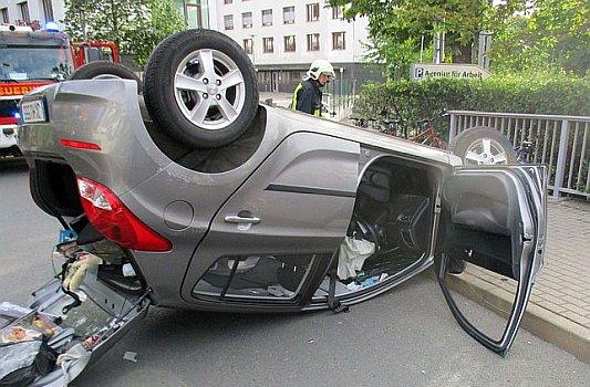 Der verunfalle Pkw Hyundai am Jenaer Arbeitsamt. - Foto LPI Jena