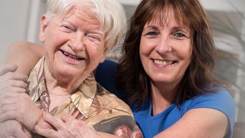 Eine alte Dame mit ihrer Betreuerin. - AdobeStockLicense#159821391