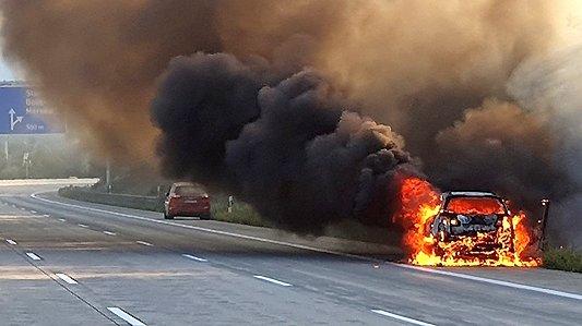 Brennendes Fahrzeug auf der A4 bei Stadtroda - Bildquelle Autobahnpolizei