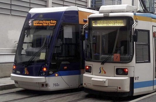 Neu und alt - Zwei JeNah-Straßenbahnen – Foto © MediaPool Jena