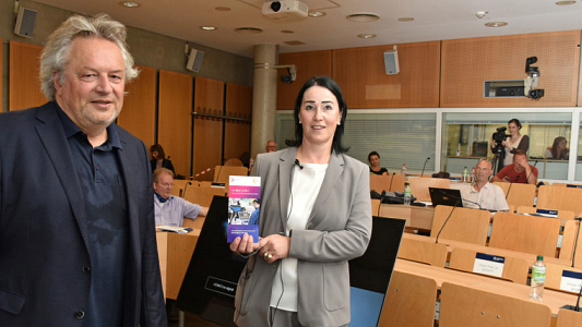 Prof. Dr. Heike Kraußlach (r.) und Prof. Dr. Klaus Dörre präsentieren die neue Studie des ZeTT. - Foto FSU Anne Günther