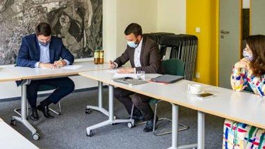 Wirtschaftsstaatssekretärin Valentina Kerst war bei der Unterzeichnung des Fördermittelbescheids im Rahmen der Thüringer Strategie für die Digitale Gesellschaft anwesend. - Foto Stadt Jena